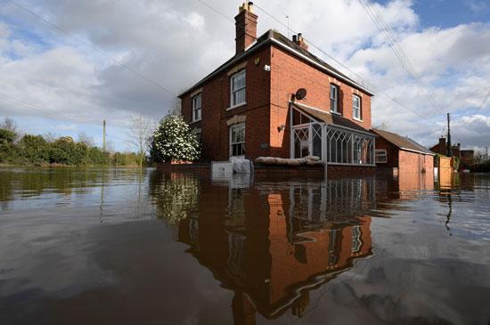 منزل فى بريطانيا يغرق بسبب العاصفة
