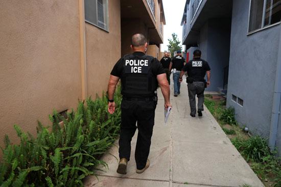 شرطة الهجرة تشن شرطة الهجرة تشن حملة مداهمات