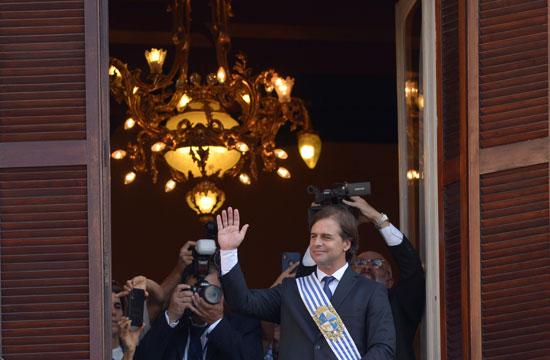 رئيس أورجواى الجديد لويس لاكال يحيى مؤيديه