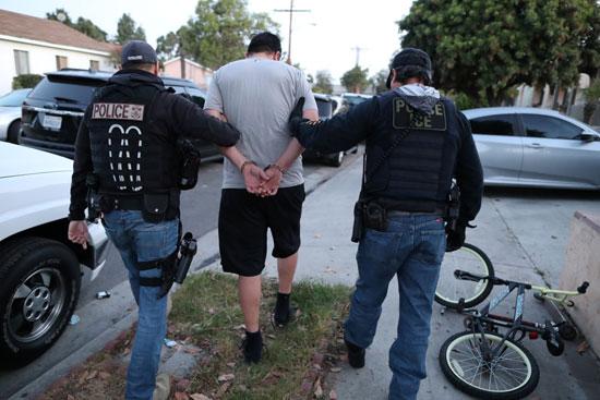 شرطة الهجرة تقتاد مهاجر يقيم بشكل غير قانونى