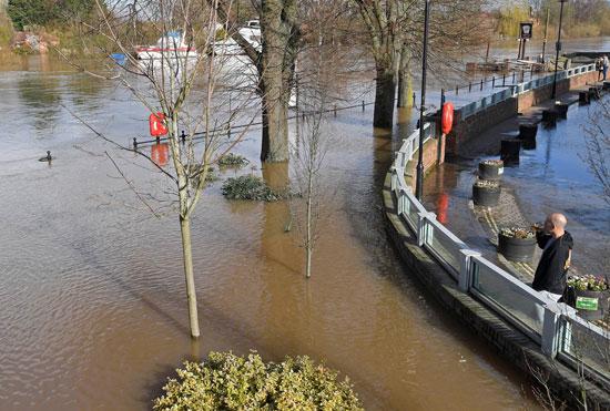 مياه الأمطار تغرق شوارع فى بريطانيا