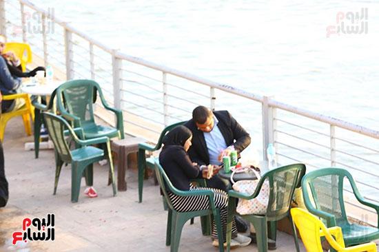 المواطنون يتنزهون بكورنيش النيل رغم تحذيرات الحكومة من فيرس كورونا