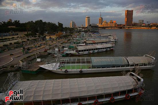 المراكب النيلية تنظر على الكورنيش للقيام بالرحلات
