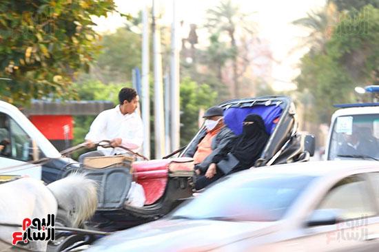 المواطنون يرتدون الكمامة اثناء استقلال الكارتة على كورنيش النيل