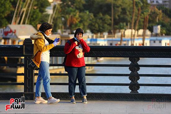 الموطنون يستمتعون بالاجازة على كورنيش النيل رغم تحذيرات الحكومة من مرض كورونا