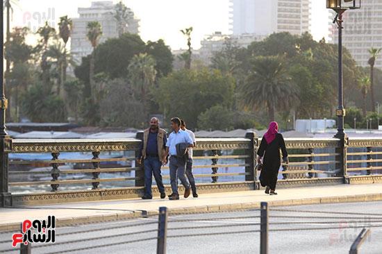 المواطنون يتركون المنازل ويتنزهون بكورنيش النيل