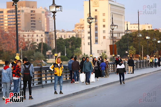 المواطنون يصطفون على كورنيش النيل رغم مخاوف مرض كورونا