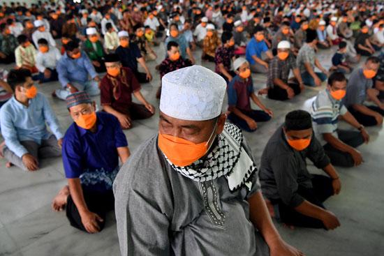 أداء صلاة الجمعة بالكمامات بإندونيسيا