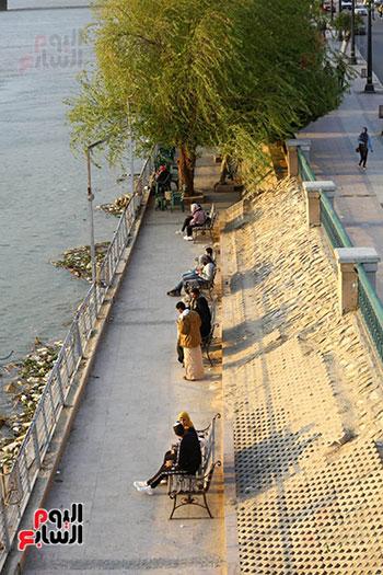 المواطنون يصطفون على ضفاف النيل