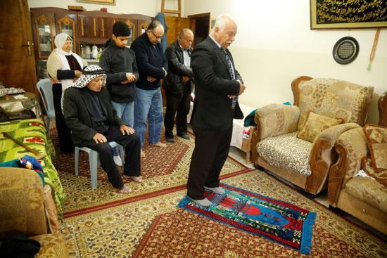 عائلة فلسطينية تصلى بالمنزل