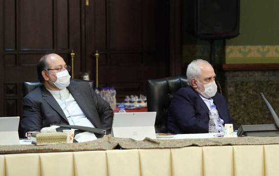 وجه-وسط-مخاوف-من-الإصابة-بمرض-التاجية-(COVID-19)-أثناء-حضوره-اجتماع-فرقة-العمل-الحكومية-الإيرانية-المعنية-بفيروسات-التاجية-في-طهران