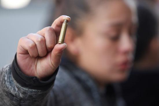 احدى أقارب سجين تظهر رصاصة بندقية