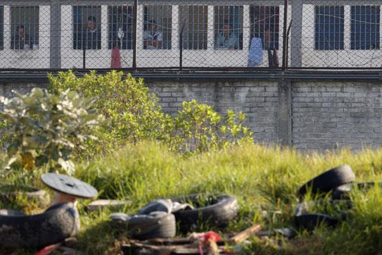 أعمال شغب قام بها سجناء يطالبون بتدابير صحية حكومية