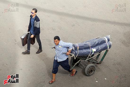احد العمال يقوم بتوصيل القماش