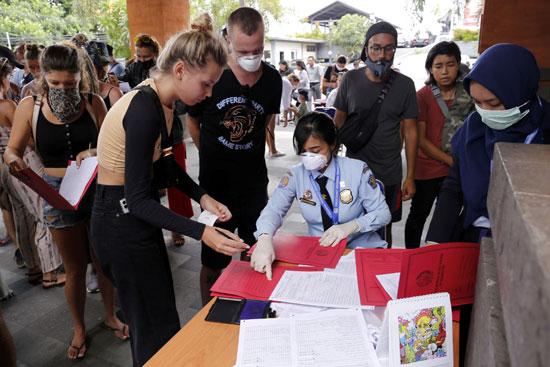 ضابط-الهجرة-يخدم-المواطنين-الأجانب-لتمديد-تصريح-تأشيرة-الدخول