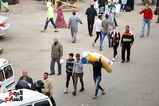 العمال يقومون بتوصيل القماش