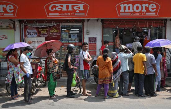 يصطف-الناس-لشراء-مواد-البقالة-خارج-متجر-قبل-بدء-إغلاق-حكومة-ولاية-البنغال-الغربية