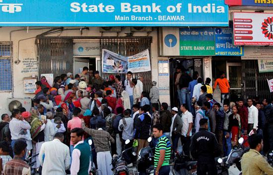 الناس-يحتشدون-عند-مدخل-فرع-بنك-في-الهند