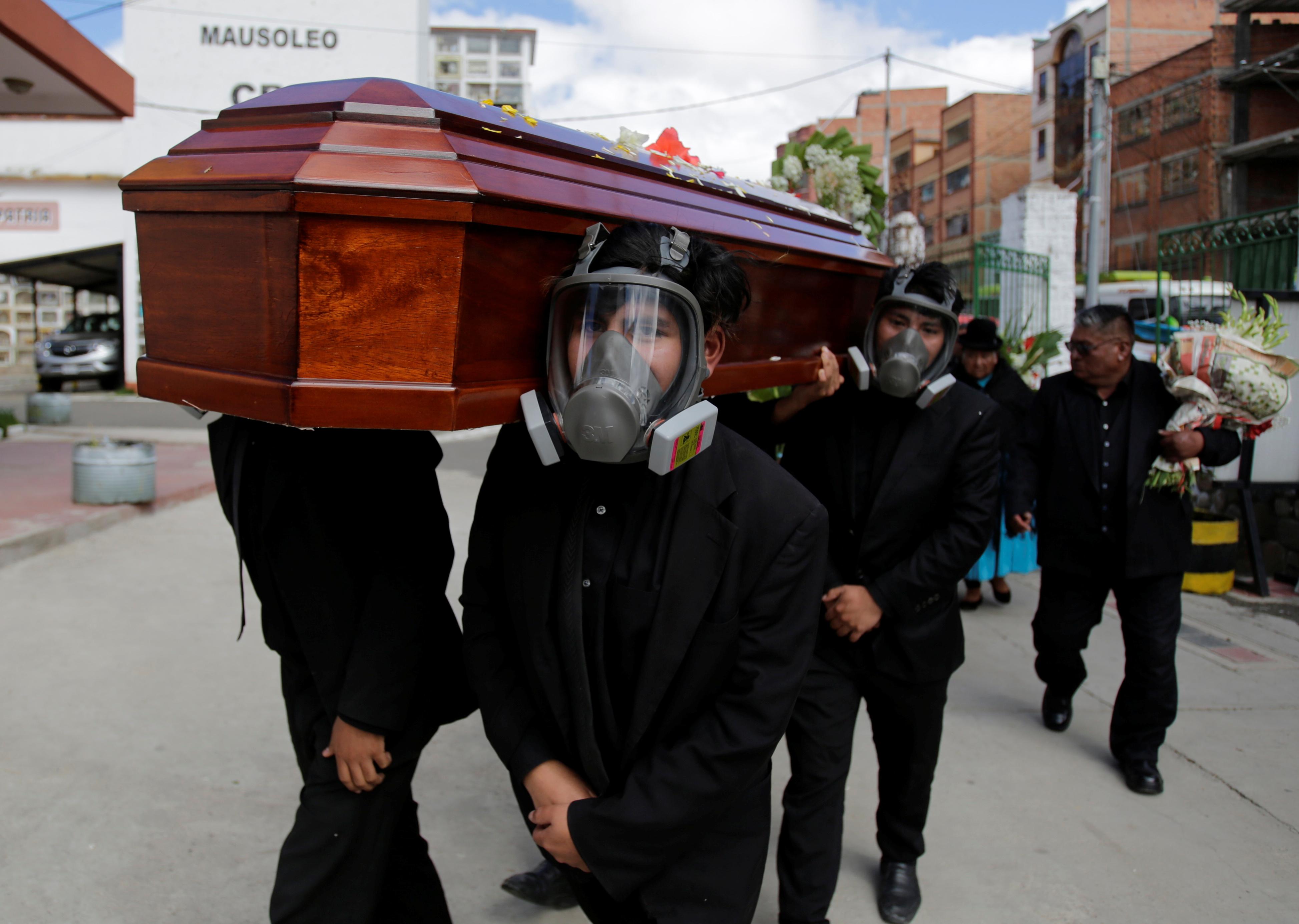 أثناء حمل تابوت يحمل جثة رجل توفي بنوبة قلبية ، لا علاقة لها بمرض الفيروس التاجي