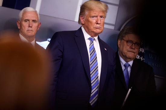 ترامب ينظر إلى مراسل يطرح سؤالاً وهو يقف مع مايك بنس