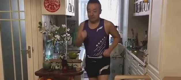 صينى يركض داخل شقته  (1)