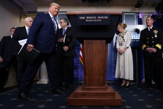 وصول-الرئيس-الأمريكي-ترامب-لقيادة-الإحاطة-اليومية-للاستجابة-لفيروسات-كورونا-في-البيت-الأبيض-في-واشنطن