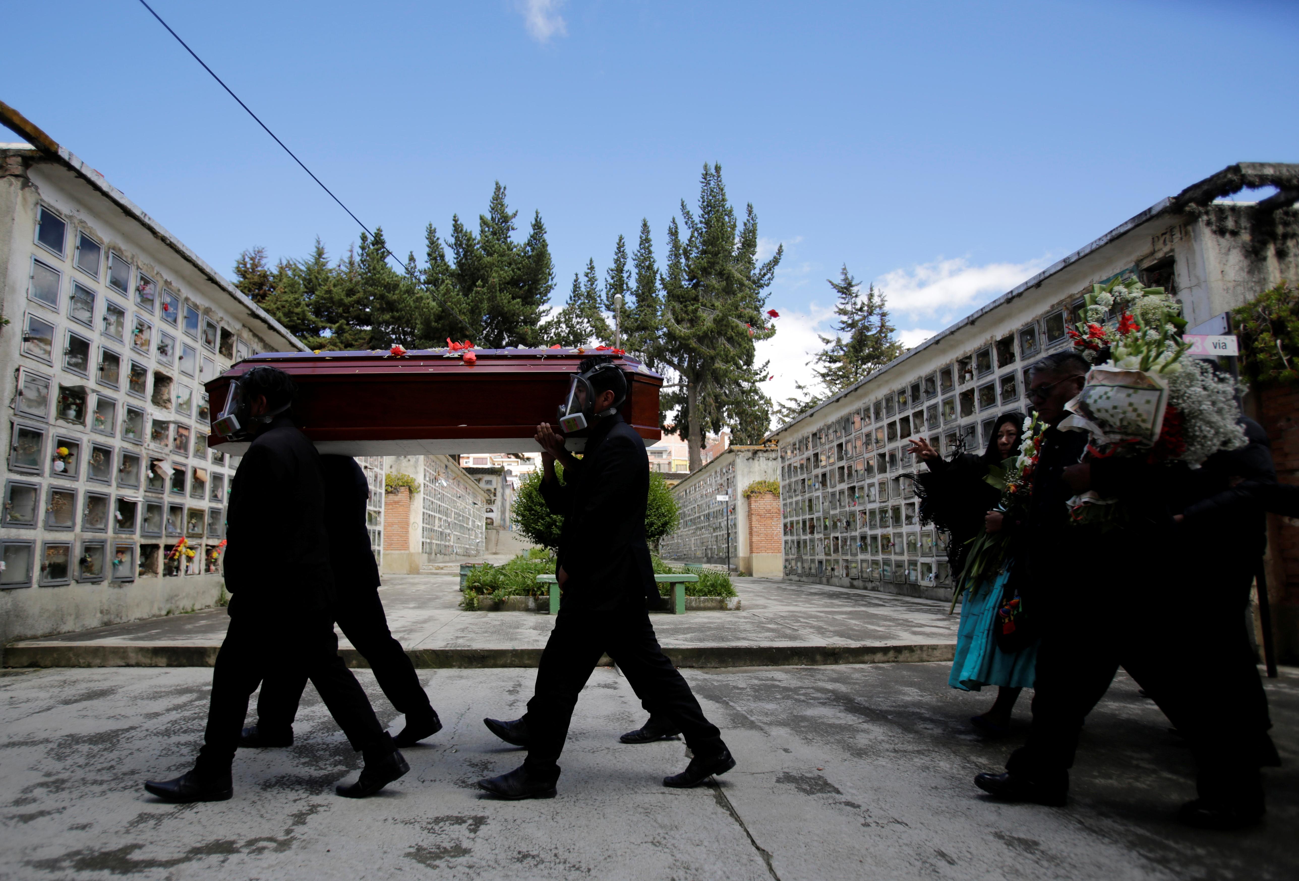 حمل تابوت يحمل جثة رجل توفي بنوبة قلبية ، لا علاقة لها بمرض الفيروس التاجي في مقبرة في لاباز ، بوليفيا