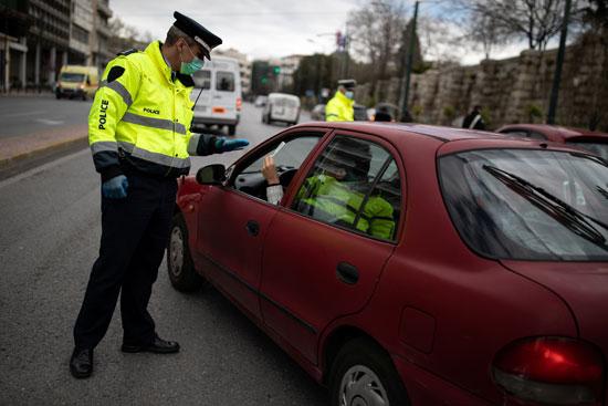 فرض شرطة يتقصى أسباب نزول مواطن أثناء ساعات الحظر