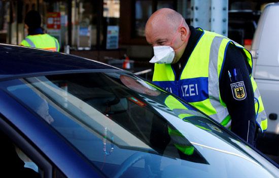 فرد شرطة يتابع المواطنين