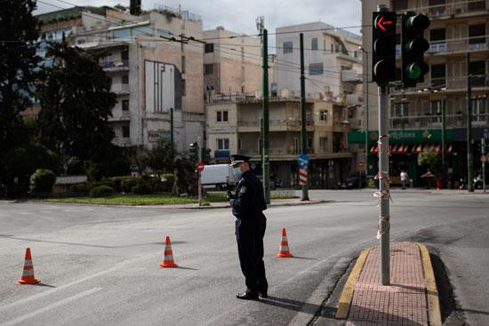 الشرطة اليونانية تتابع فرض حظر التجوال