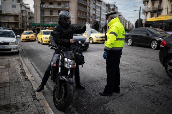 الشرطة اليونانية تتقصى أسباب نزول المواطنين بساعات الحظر