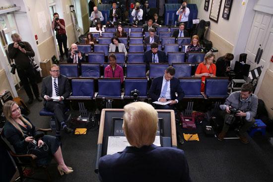 يقود-الرئيس-الأمريكي-دونالد-ترامب-الإحاطة-اليومية-للاستجابة-لفيروسات-كورونا-،-ويواجه-المزيد-من-المقاعد-الفارغة-عن-وضعها-الطبيعي