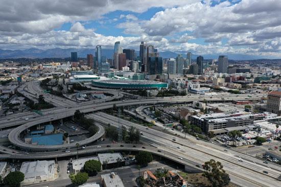 نظرة-عامة-على-الطرق-السريعة-المؤدية-إلى-وسط-مدينة-لوس-أنجلوس-بعد-أن-أصدرت-كاليفورنيا-أمرًا-بالبقاء-في-المنزل-بسبب-مرض-الفيروس-التاجي