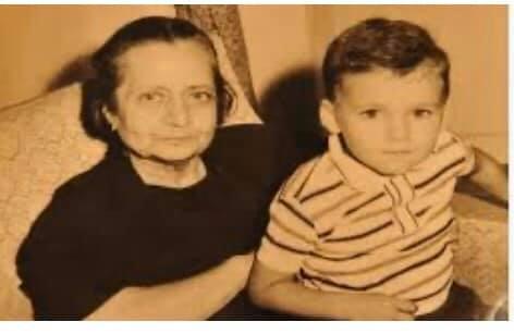 الأميرة فاطمة حيدر مع حفيدها محمد يكن