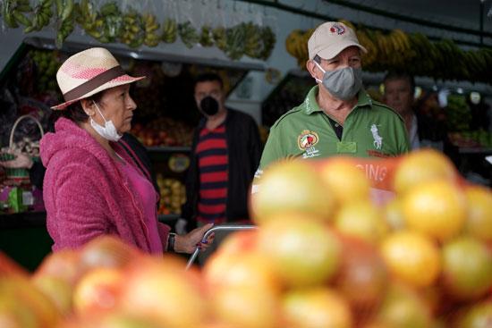 مواطنون يشترون الفواكهه