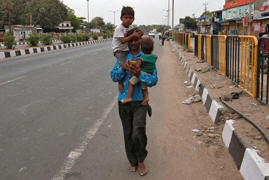 اب يحمل ابنه