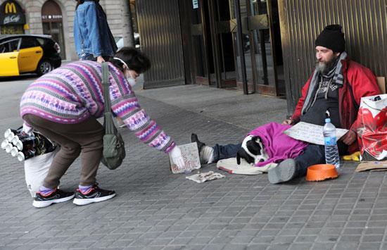 تقديم مساعدات مادية بين المواطنين فى برشلونة