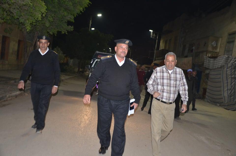 جولة رئيس مدينة اسنا برفقة رجال الشرطة على الاكمنة