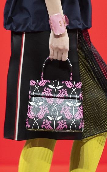 حقيبة سوداء مطبوعة بالأزهار