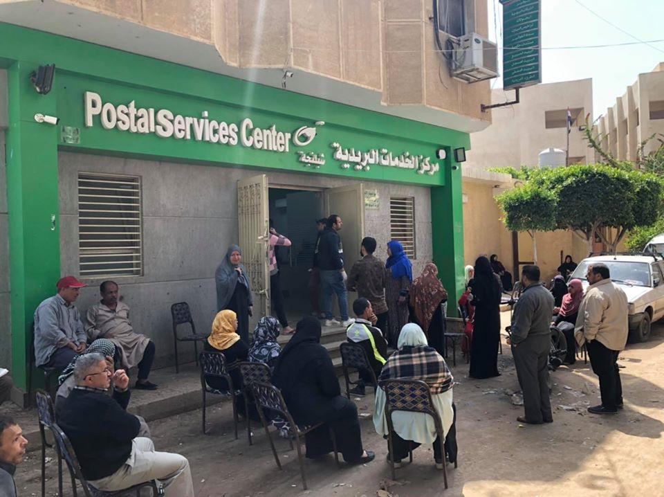 شباب شبلنجة يوفرون مقاعد أمام مكتب البريد