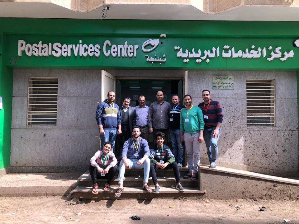 شباب المبادرة مع العاملين بمكتب البريد