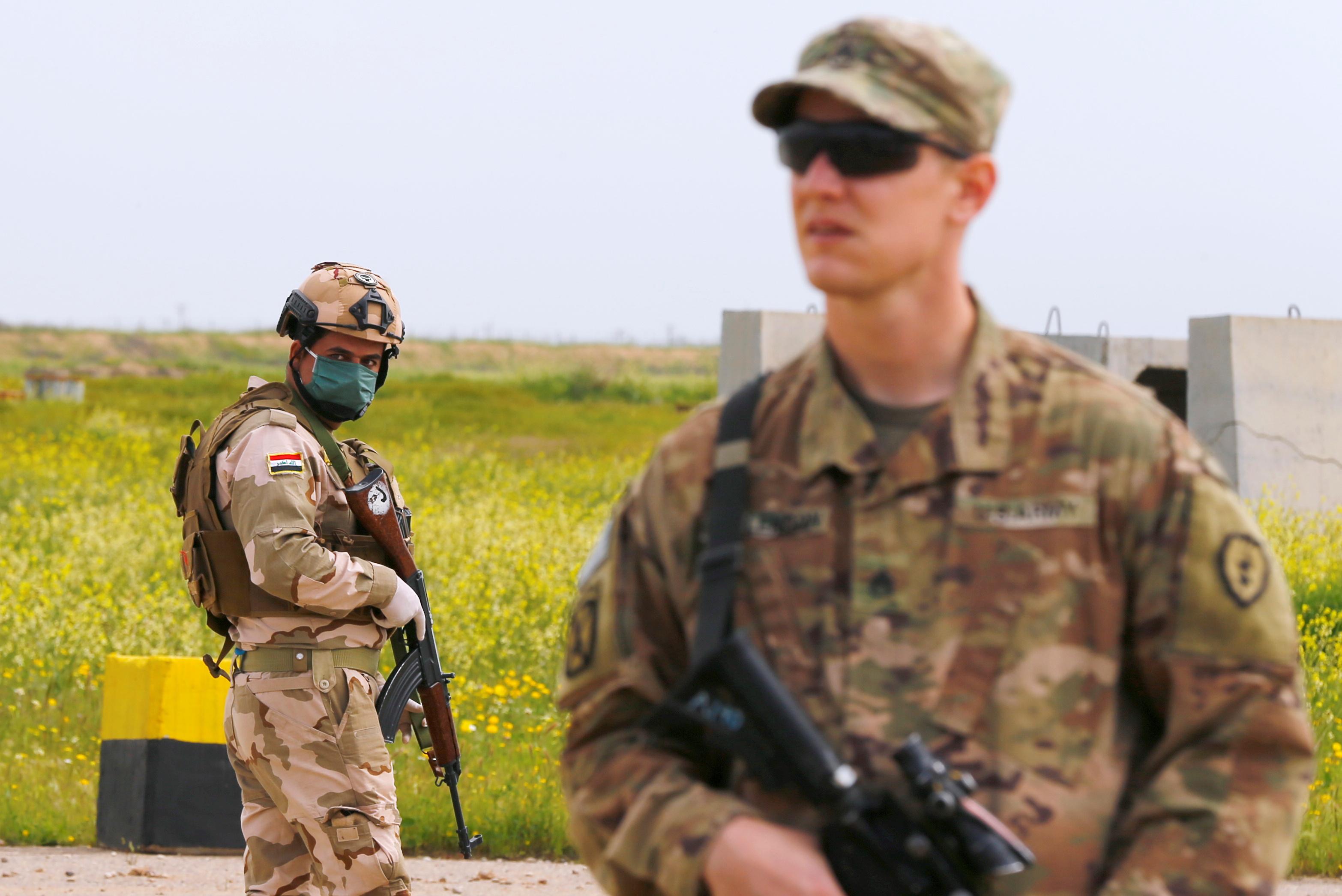 جندى عراقى يقف على ارض القاعدة الجوية