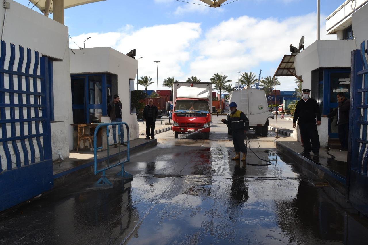 تعقيم فى ميناء الإسكندرية لمواجهة كورونا (4)