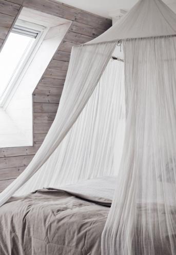 مظلة على السرير