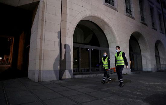 متطوعون-في-دورية-للصليب-الأحمر-البلجيكي-للبحث-عن-الأشخاص-المشردين-،-خلال-إغلاق--للشوارع-فى-بروكسل
