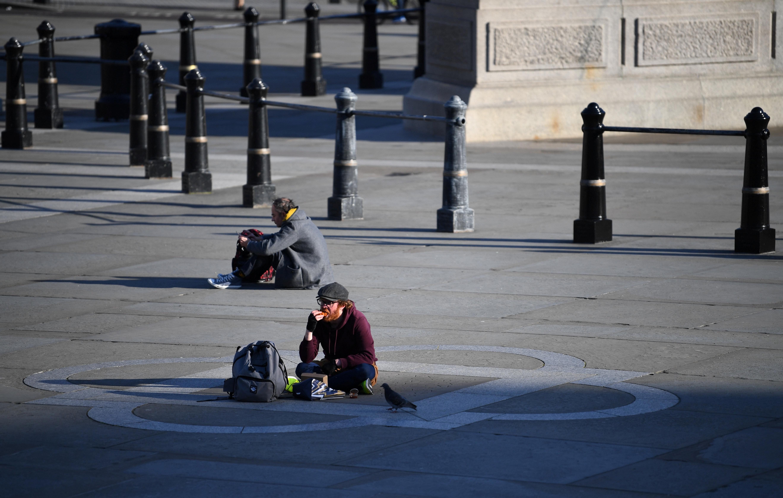 شخص يجلس على رصيف فى لندن