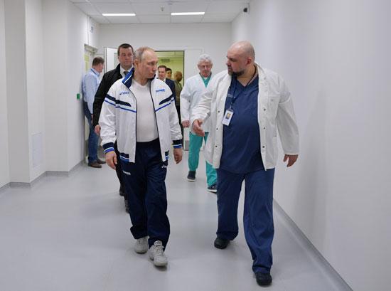 بوتين يرتدى البدلة الواقية (5)