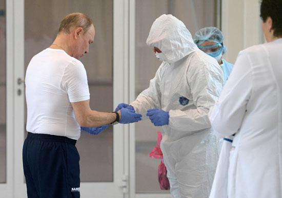 بوتين يرتدى البدلة الواقية (4)