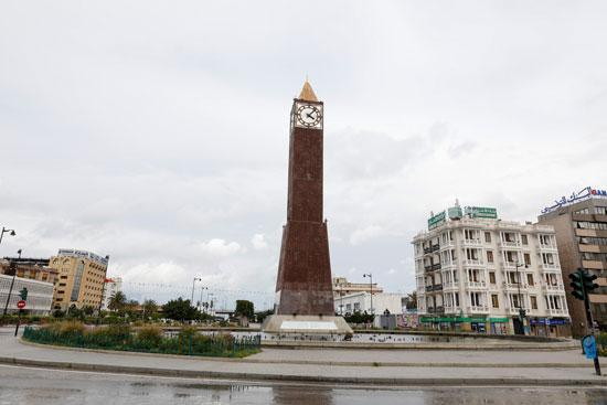 ساحة-مهجورة-حول-برج-الساعة-في-نهاية-شارع-الحبيب-بورقيبة--فى-تونس
