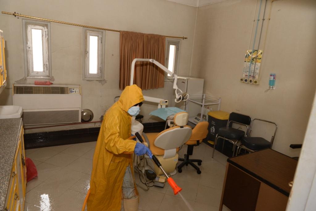 جامعة أسيوط تكثف من أعمال تطهير وتعقيم مبانيها ومنشأتها ومرافقها العامة للوقاية من إنشاء فيروس كورونا (10)